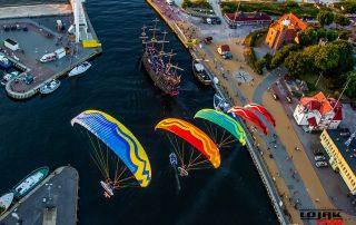 Paralotnie lecące nad wejsciem do portu Ustka