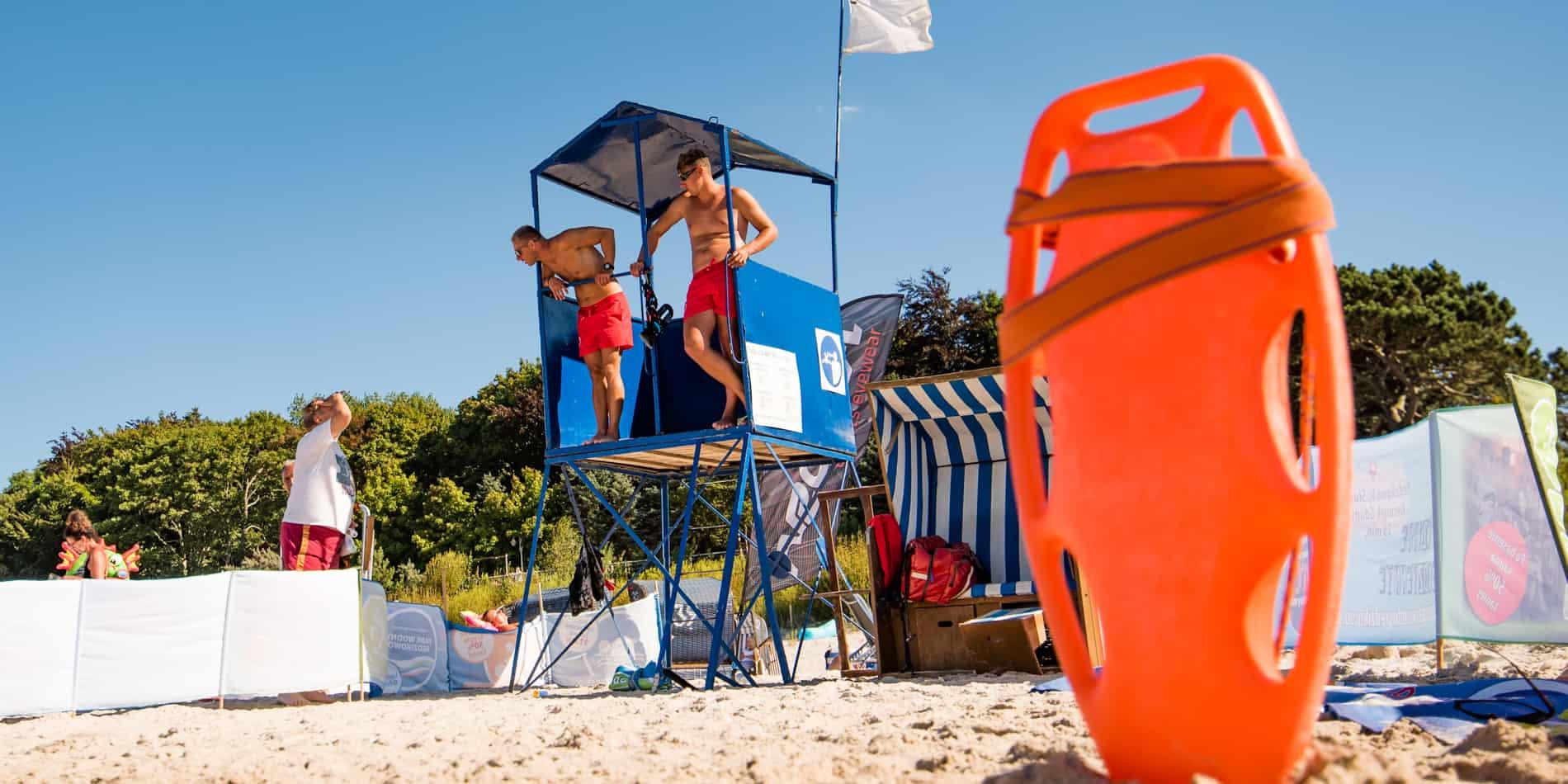 Ratownicy na plaży Kąpieliska w Ustce 2020