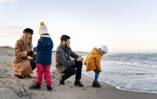 Rodzinny spacer po plaży w Ustce