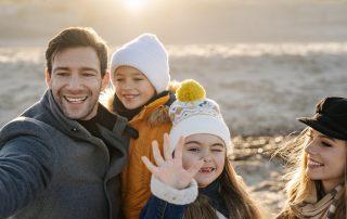 Rodzinne robienie zdjęć na plaży w Ustce