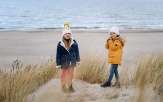 dzieci na plaży w Ustce zimą