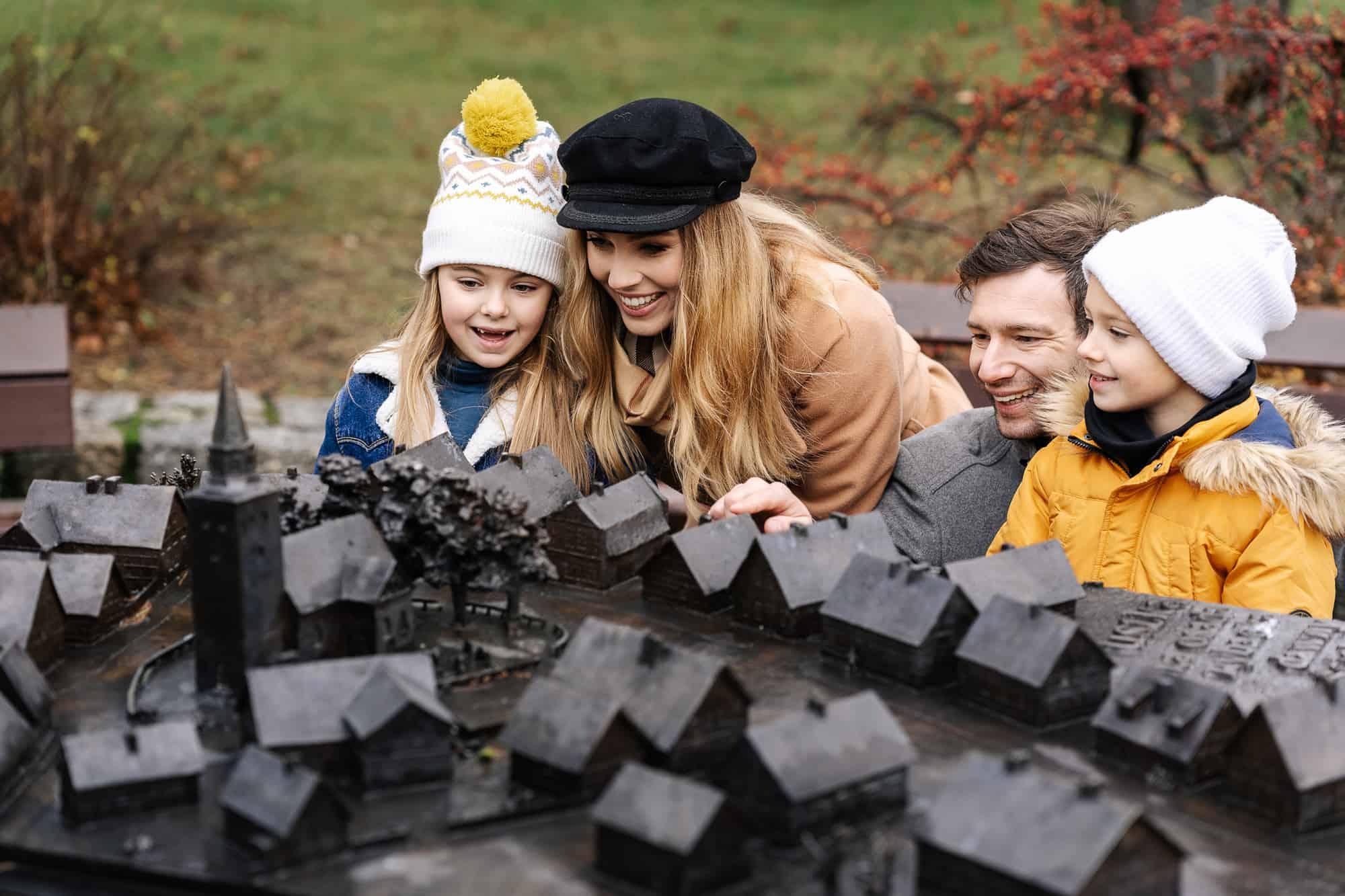 rodzina przy makiecie dawnej Ustki