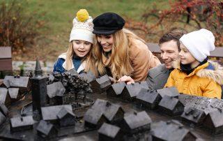 Rodzina przy makiecie dawnej Ustki, Ustka po sezonie