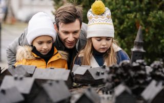 ojciec z dziećmi przy makiecie dawnej Ustki