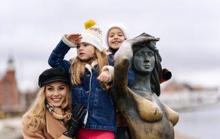 mama z dziećmi przy pomniku Syrenki w Ustce, Ustka po sezonie