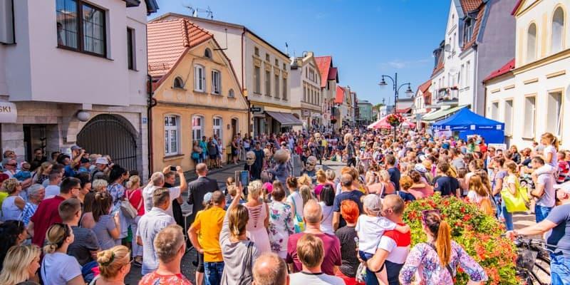 Impreza plenerowa na ulicy Marynarki Polskiej w Ustce